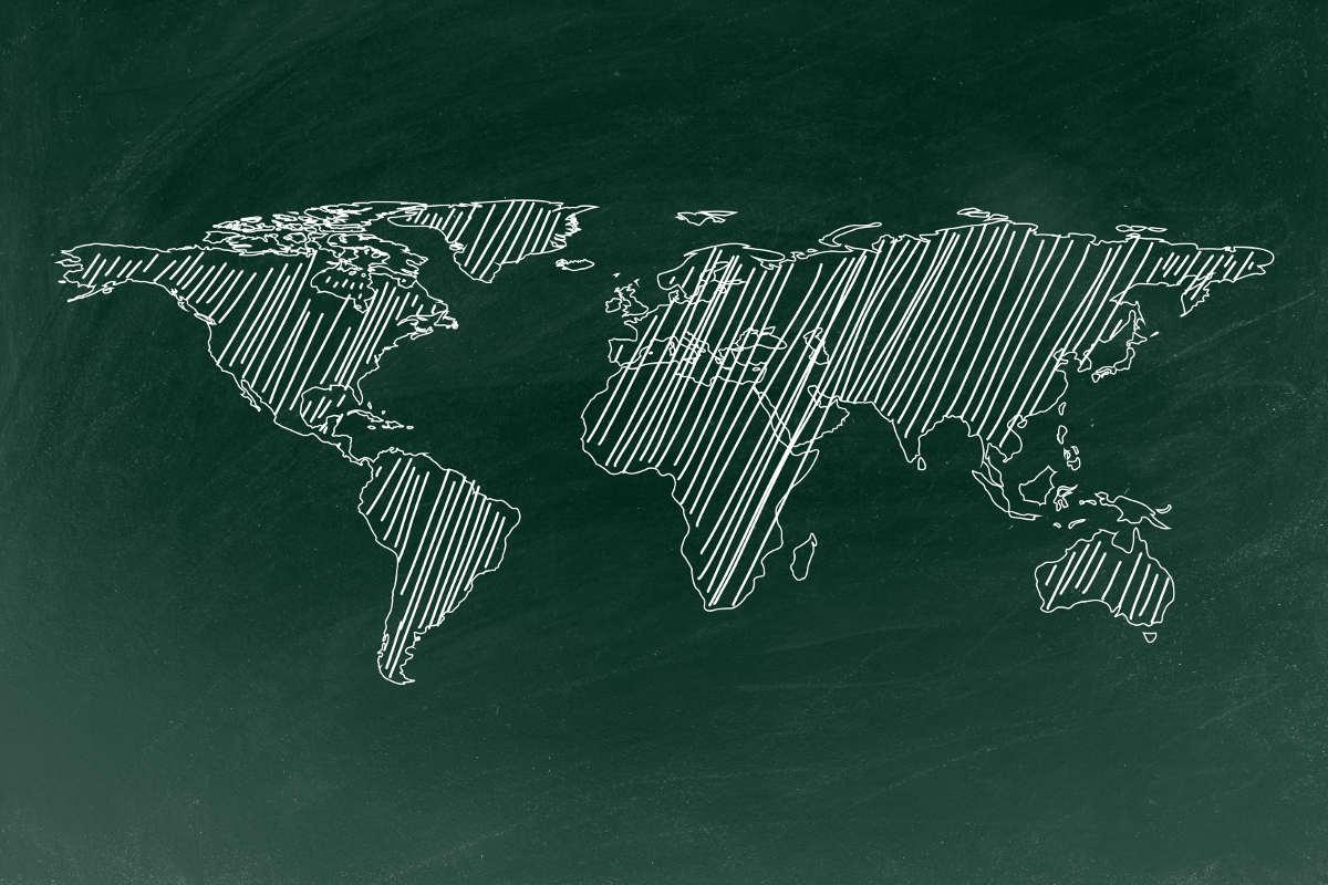 pizarra verde con mapa mundi
