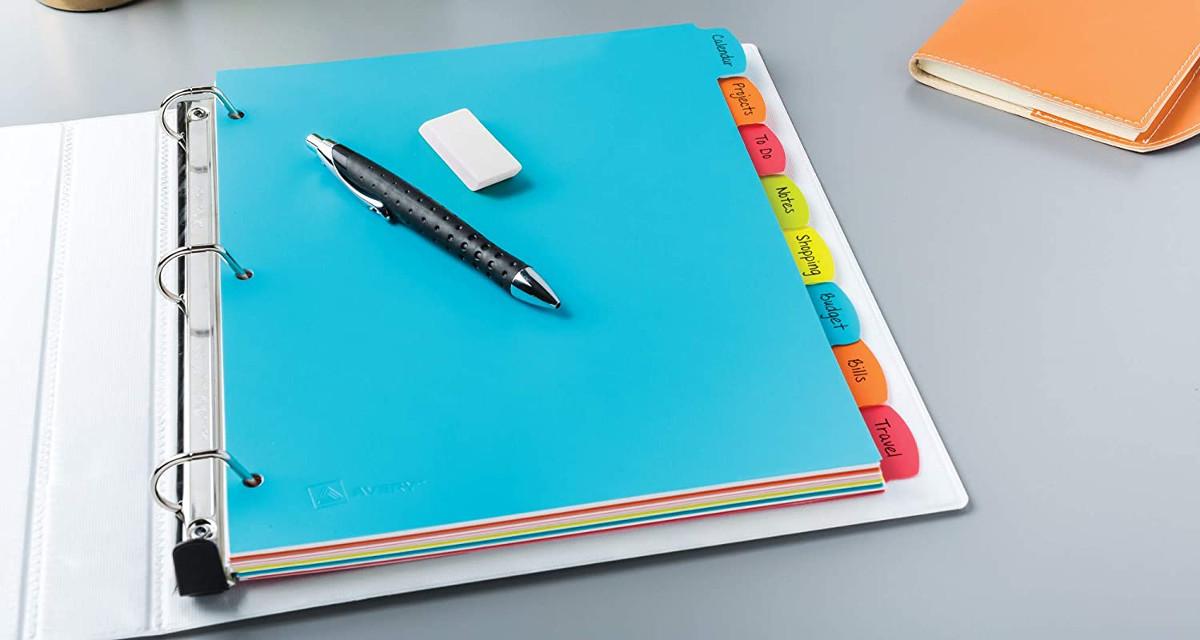 archivador con divisores de pestañas de colores